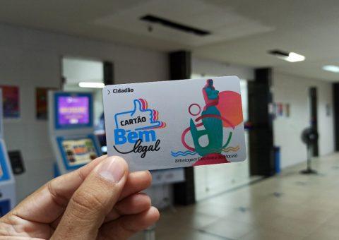 mão segurando cartão de bilhetagem eletrônica de Maceió no posto de recegarga